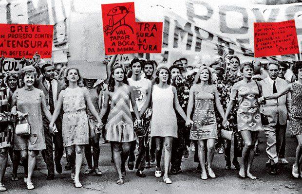 """Integrantes do grupo """"Teatro em Greve Contra a Censura"""" protestando no Rio de Janeiro em fevereiro de 1968. Foto: Gonçalves (CPDOCJB)"""