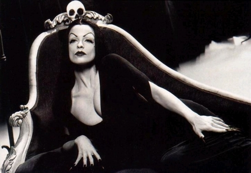 """[TV] """"Vampira"""" um ícone do terror na década de 50"""