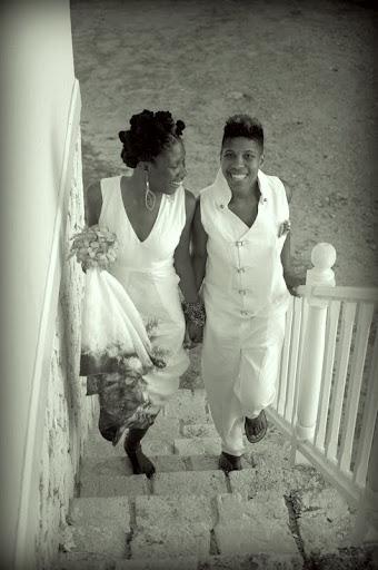 Nicole Dennis-Benn e sua esposa no casamento delas, na Jamaica