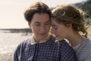 Mary Anning (Kate Winslet) e Charlotte Murchinson (Saoirse Ronan)