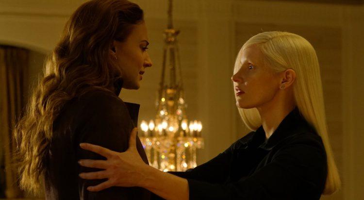 Jean Grey (Sophie Turner) e a vilã Vuk (Jessica Chastain)