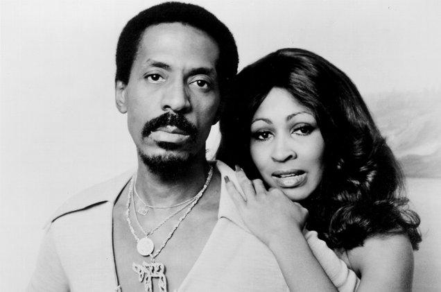Ike e Tina Turner posando para foto.