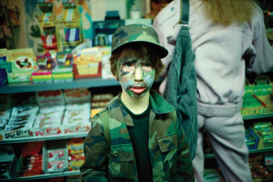 As fotos de crianças mantém o estilo intimista e espontâneo de Goldin.
