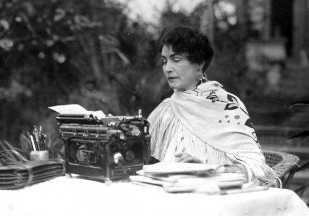 Lois Weber em sua máquina de escrever.