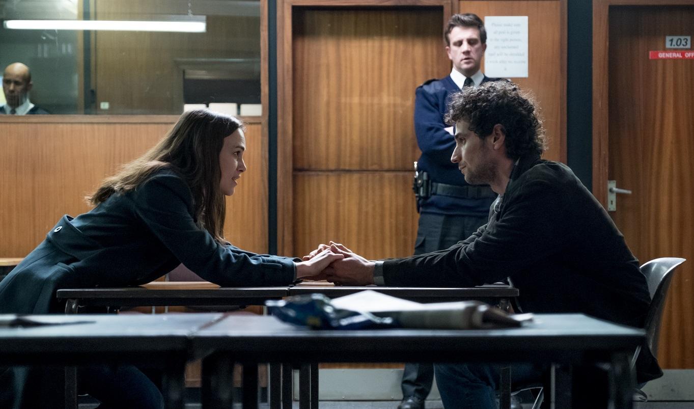 Katharine (Keira Knightley) e Yasar Gun (Aman Bakri) em Segredos Oficiais