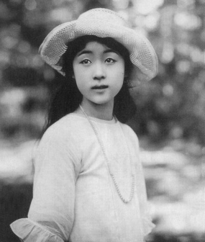 Kinuyo Tanaka em 1926, prestes a completar 17 anos.