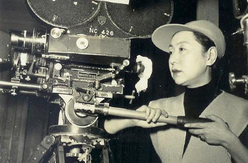 Kinuyo Tanaka como diretora em set de filmagem