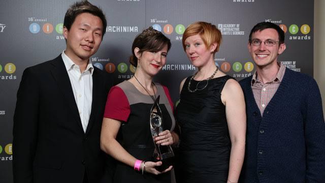 """Da esquerda para direita: Jenova Chen (criador e diretor), Kellee Santiago (presidente), Robin Hunicke (produtora executiva) após premiação de """"Journey"""" no DICE Video Game Awards"""