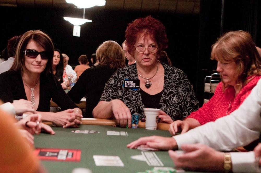 Linda Johnson (centro) é uma referência no poker mundial