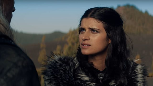 Yennefer em The Witcher, interpretada por Anya Chalotra