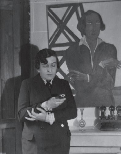 Germaine Dulac em sua casa, na década de 30, em frente a um retrato seu.