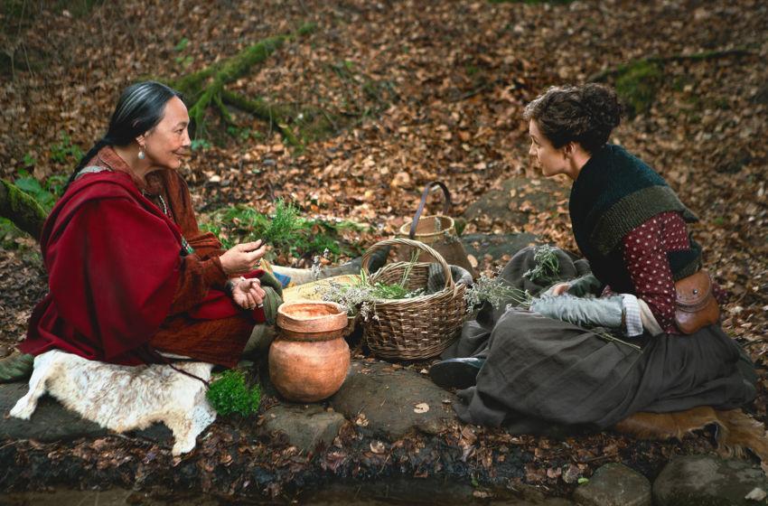 Curandeira Cherokee e Claire na 4ª temporada de Outlander