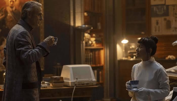 Adrian Veidt (Jeremy Irons) e Lady Trieu (Hong Chau) em Watchmen