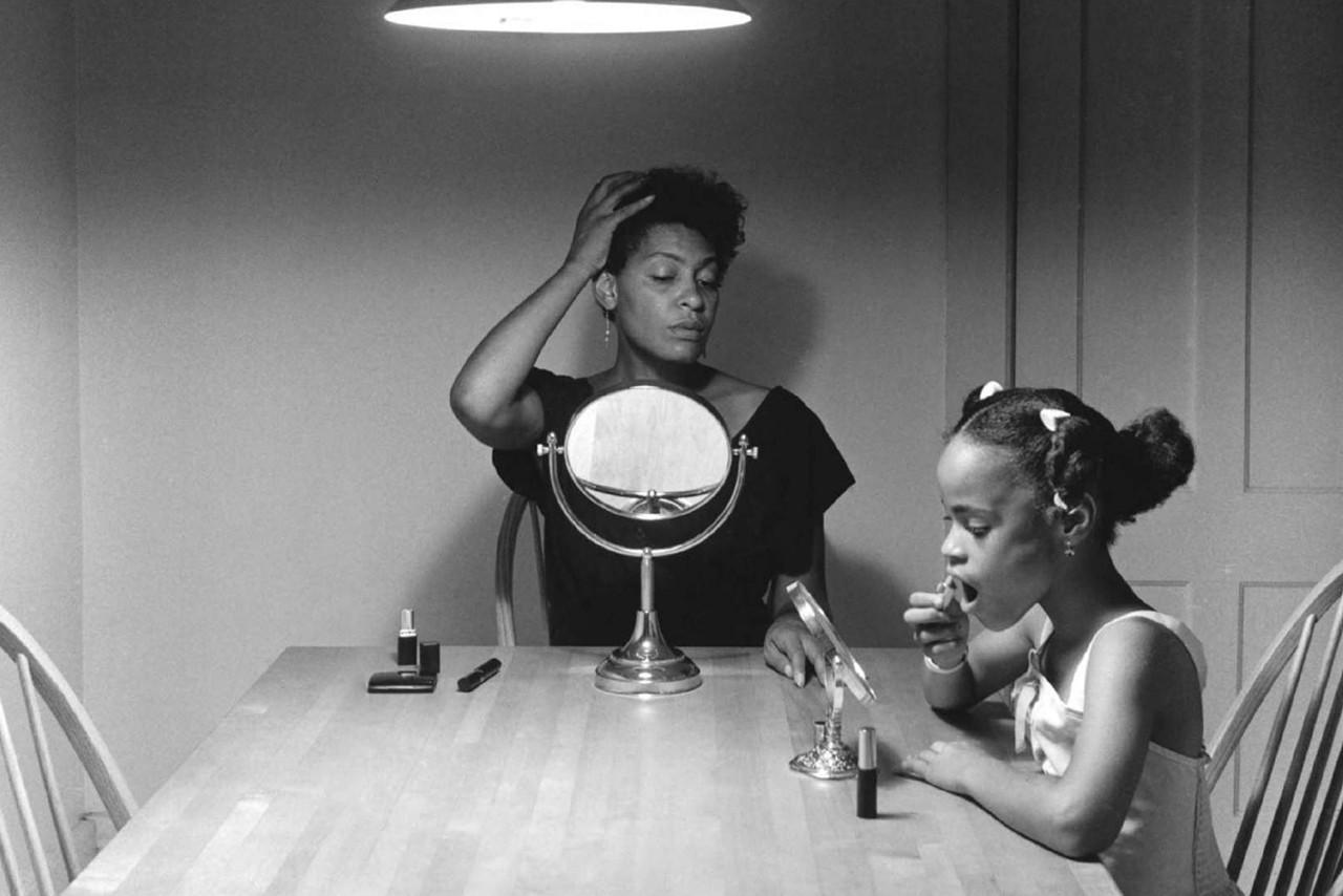 Carrie Mae Weems e a importância de novas narrativas na fotografia