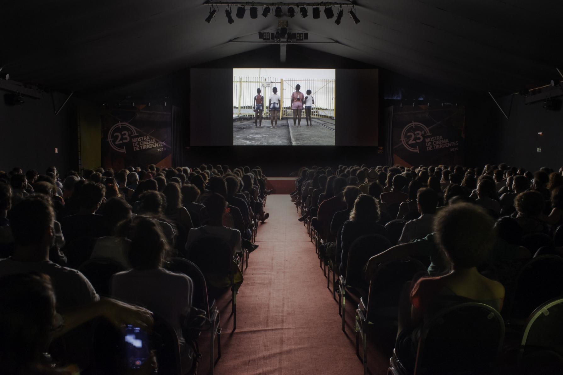 """Cena de """"Até o fim"""" em projeção no cine-tenda da 23ª Mostra de Tiradentes"""