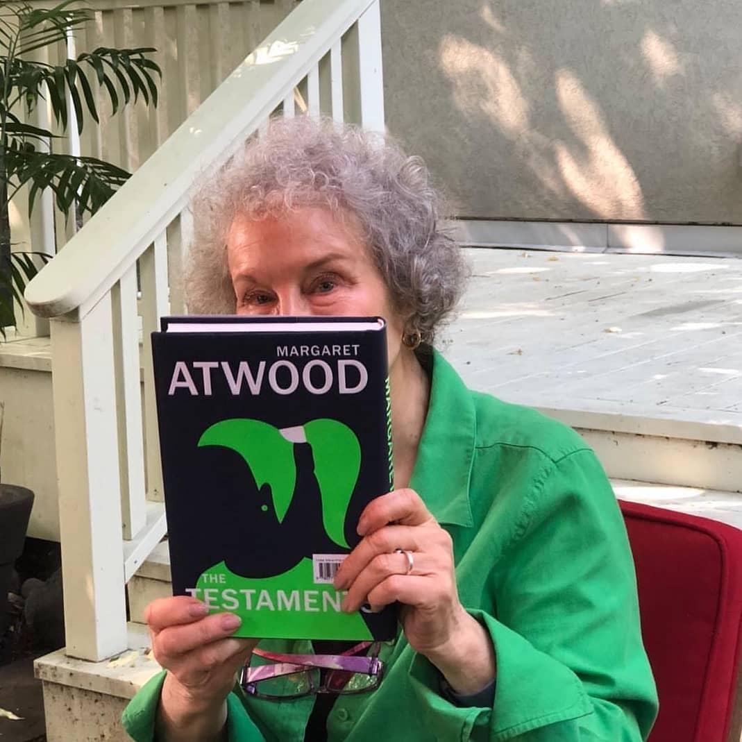 """Margaret Atwood com o exemplar de """"Os Testamentos"""""""