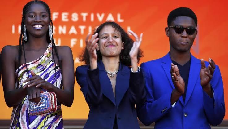 """A diretora Mati Diop (centro) com os protagonistas de """"Atlantique"""", Mama Sané e Ibrahima Traoré - artistas que mereciam ter sido indicadas ao Oscar 2020"""