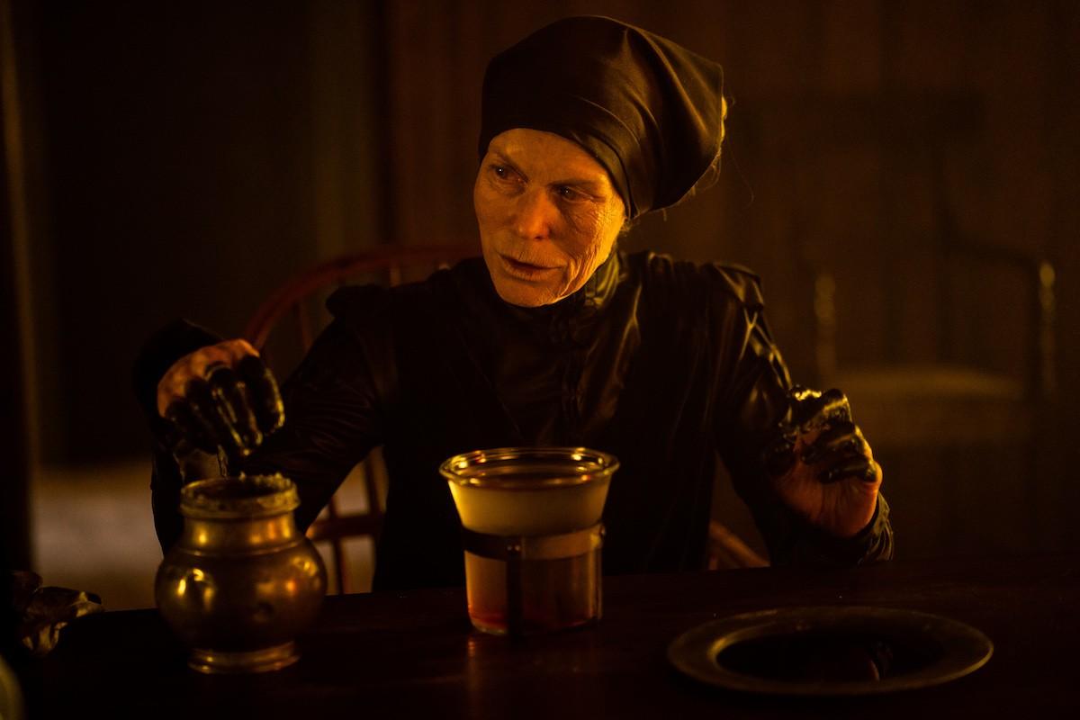 """Em """"Maria e João"""" Alice Krige atua como a Bruxa."""
