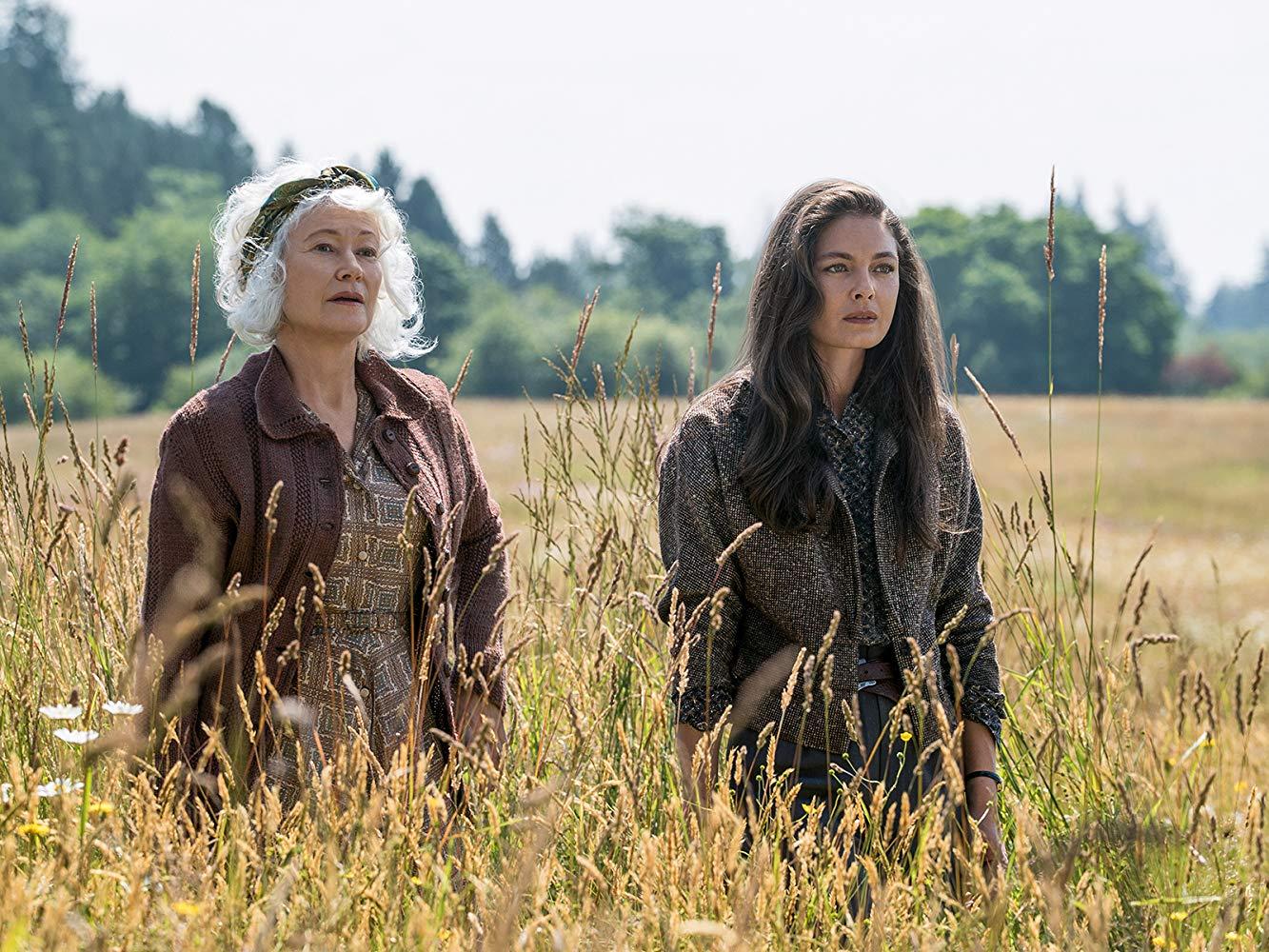 """Caroline Abendsen (Ann Magnuson) e Juliana Crain (Alexa Davalos) em cena da terceira temporada de """"O Homem do Castelo Alto"""""""