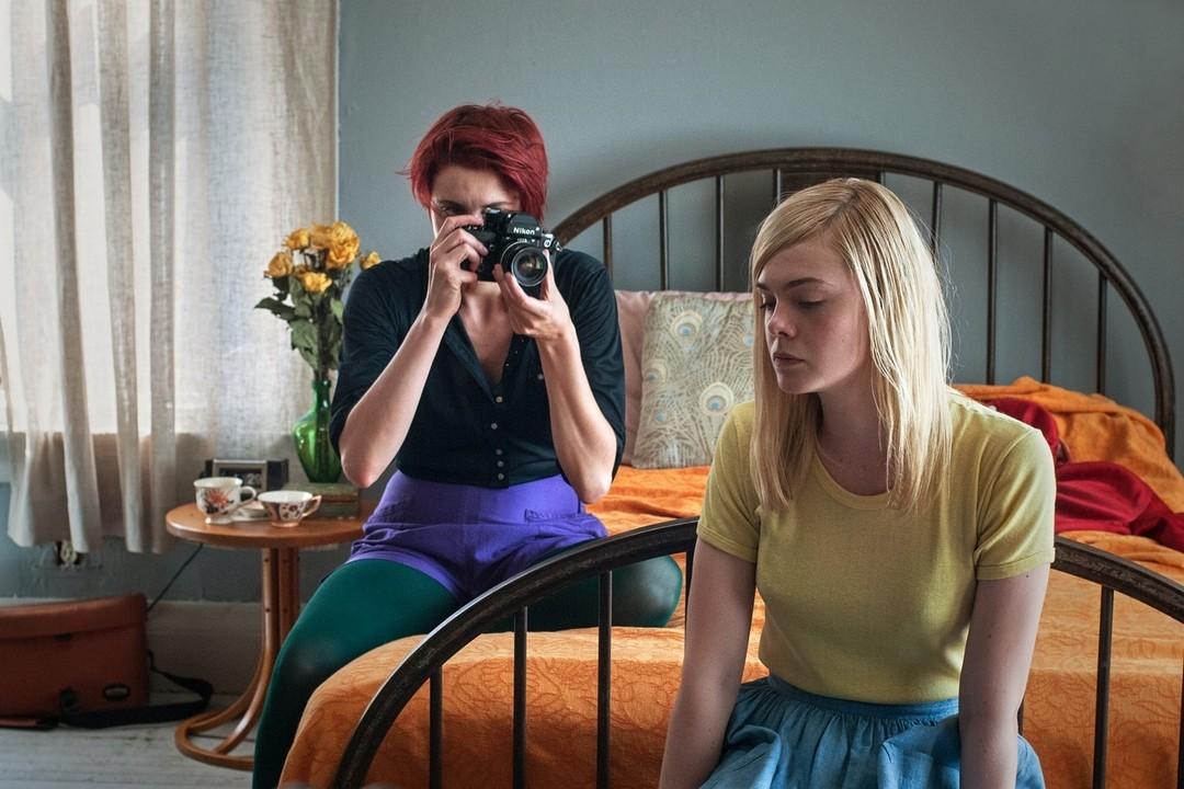 """Abbie fotografando Julie em cena de """"Mulheres do Século XX""""."""