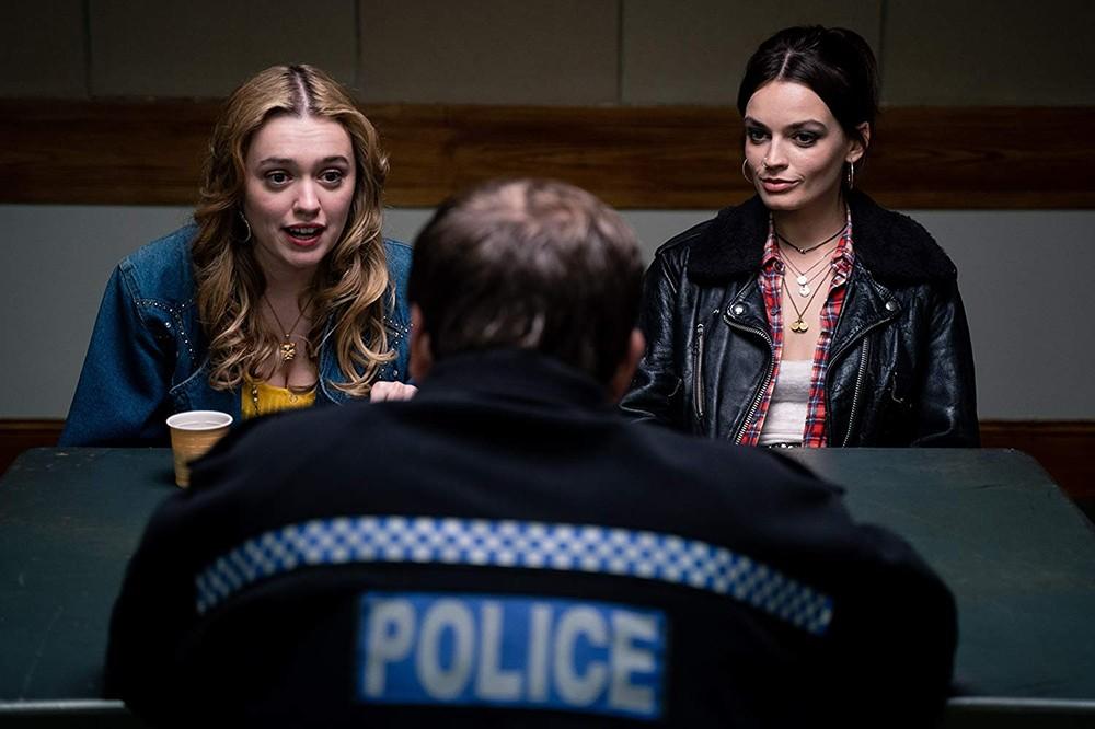 Aimee (Aimee Lou Wood) e Maeve (Emma Mackey) na 2ª temporada, onde a série retrata o abuso sexual em transportes públicos
