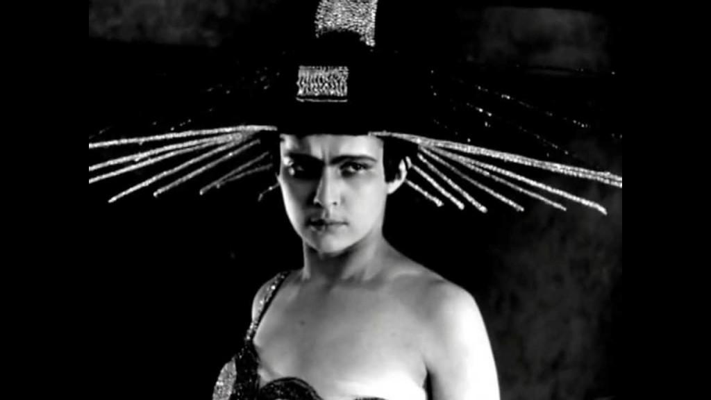 "Yuliya Solntseva em ""Aelita, a Rainha de Marte"" (1924)."
