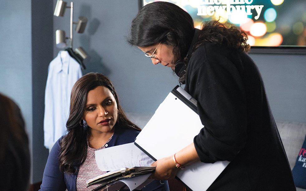 Kaling e a diretora Nisha Gantra em cena dos bastidores de Late Night