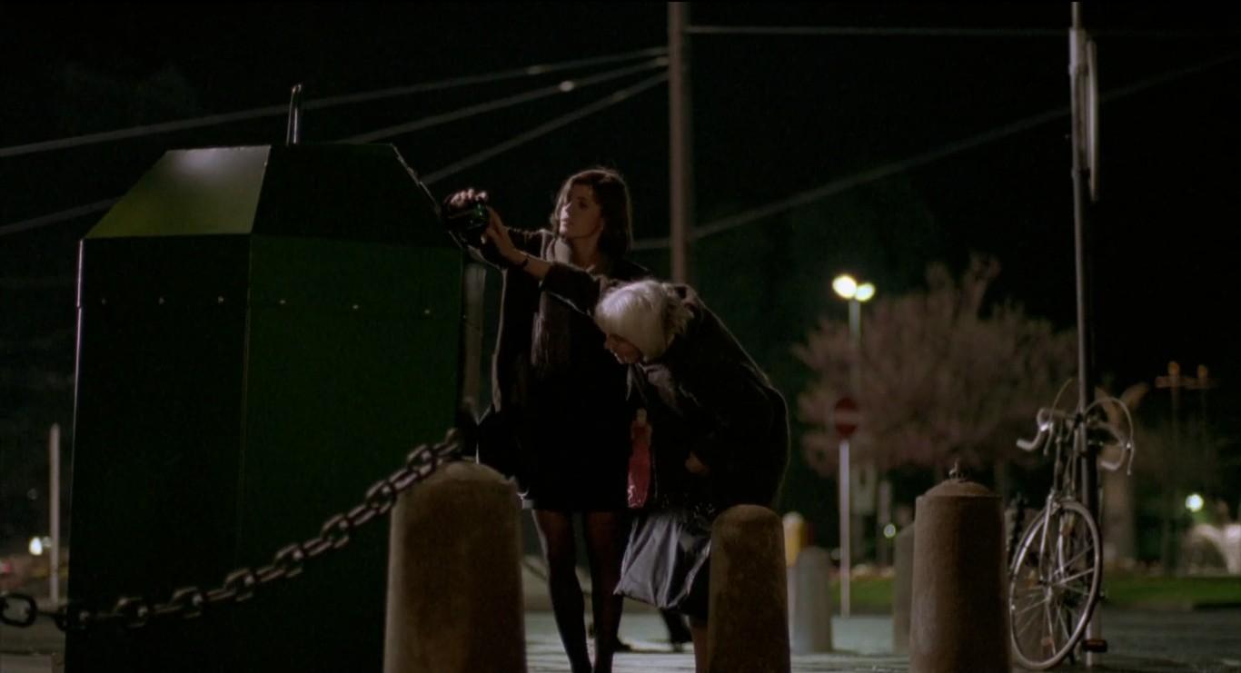 """Valentine ajuda a senhora em """"A Fraternidade é Vermelha"""", último filme da Trilogia das Cores."""