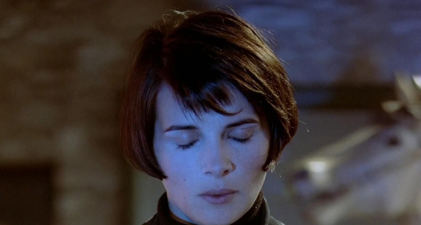 """Juliette Binoche como Julie em """"A Liberdade é Azul"""" (1993), primeiro filme da Trilogia das Cores, de Krzysztof Kieślowski."""