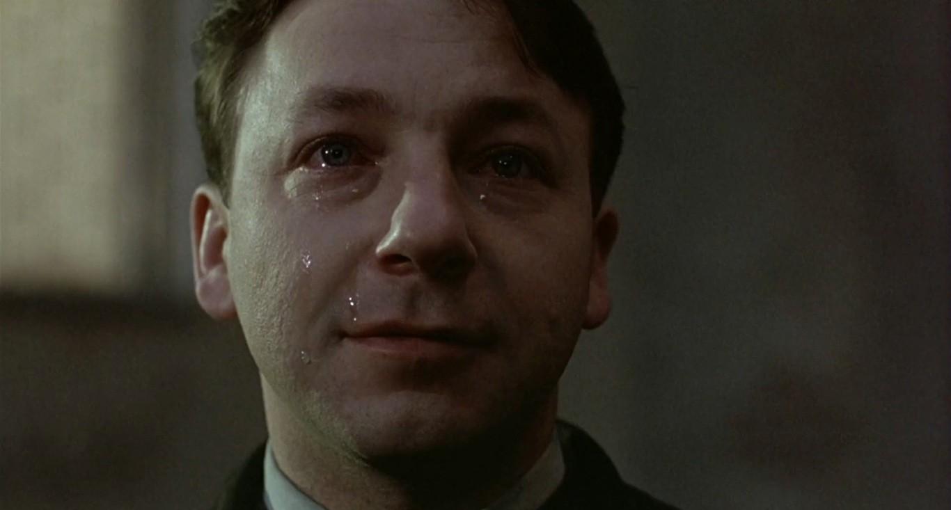 """Karol Karol (Zbigniew Zamachowski) em """"A Igualdade é Branca"""" (1994), segundo filme da Trilogia das Cores, de Krzysztof Kieślowski."""