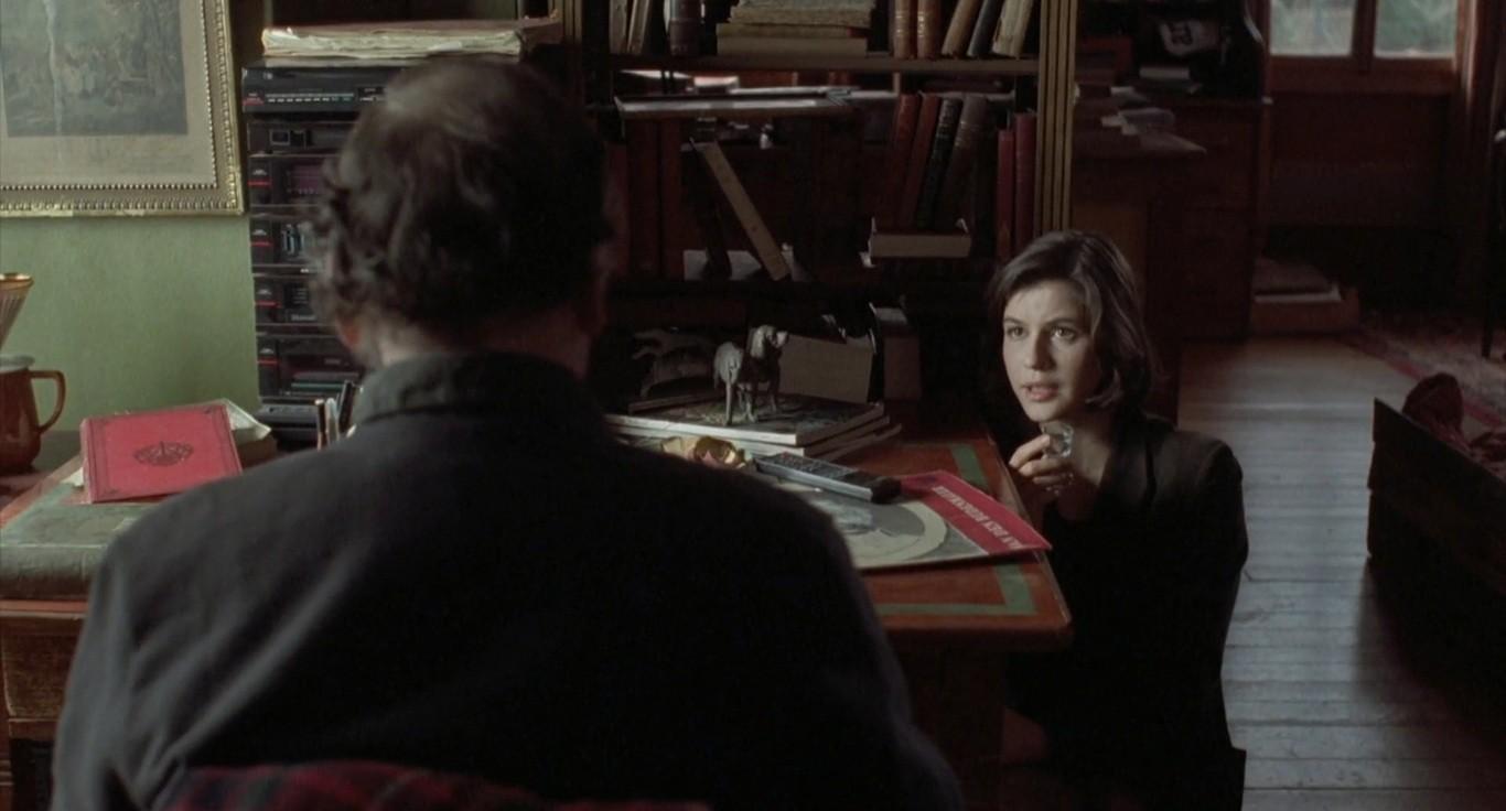 """Valentine (Irène Jacob) e o juiz conversam em """"A Fraternidade é Vermelha"""" (1994), terceiro filme da segundo filme da Trilogia das Cores, de Krzysztof Kieślowski."""