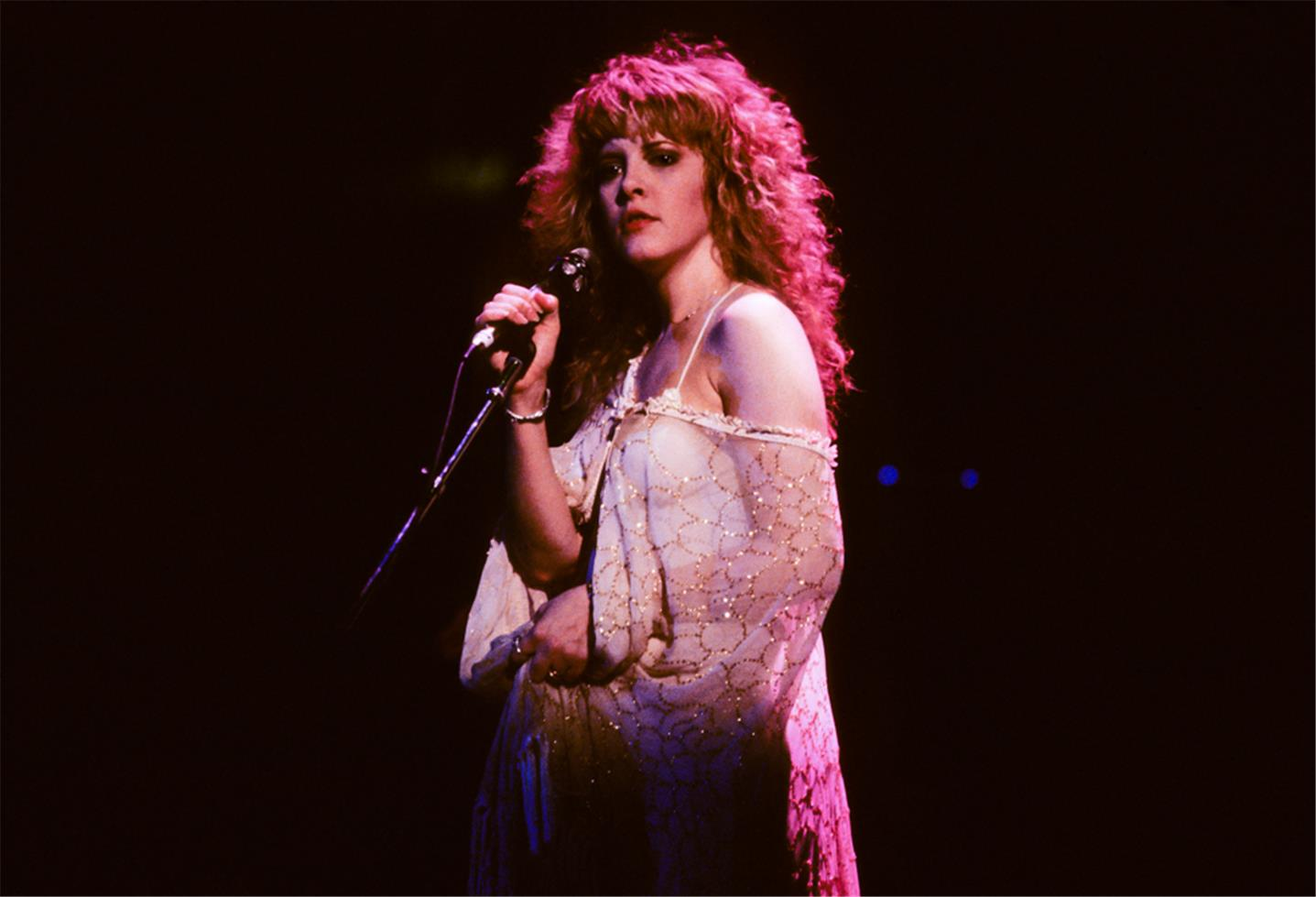 O estilo de Stevie Nicks no palco.