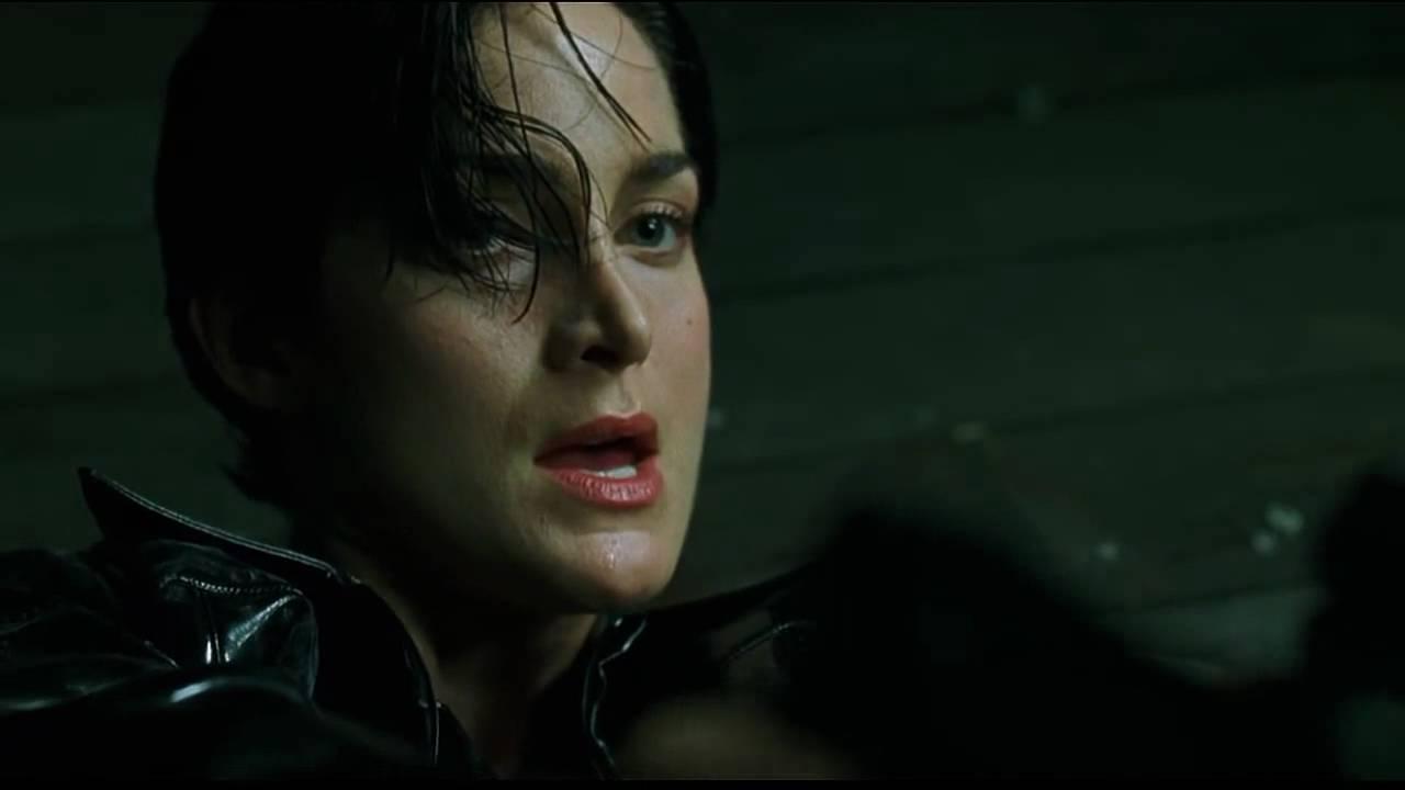 """Trinity em cena de """"Matrix""""."""