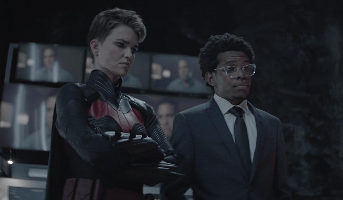 Kate (Ruby Rose) e Luke (Camrus Johnson) na bat-caverna