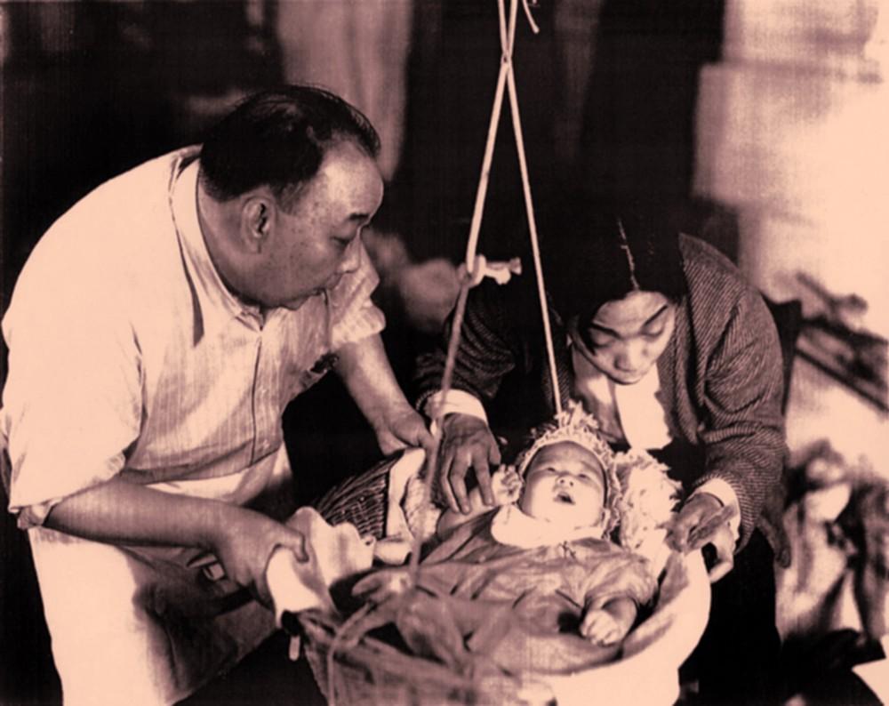 """Bruce Lee aos três meses de idade, em sua estreia no cinema em """"Golden Gate Girl""""."""