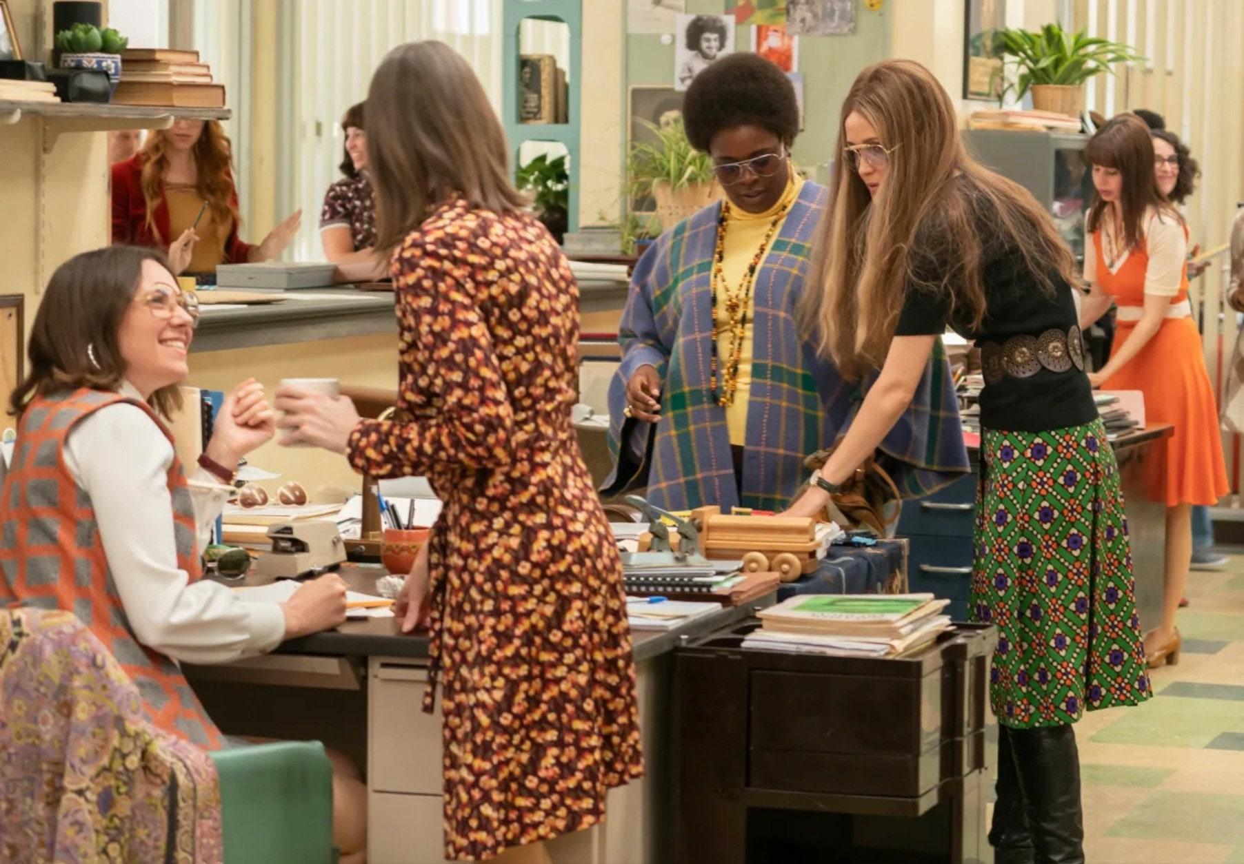 Cena da série com algumas mulheres interagindo entre si, provavelmente num encontro relacionado ao feminismo.
