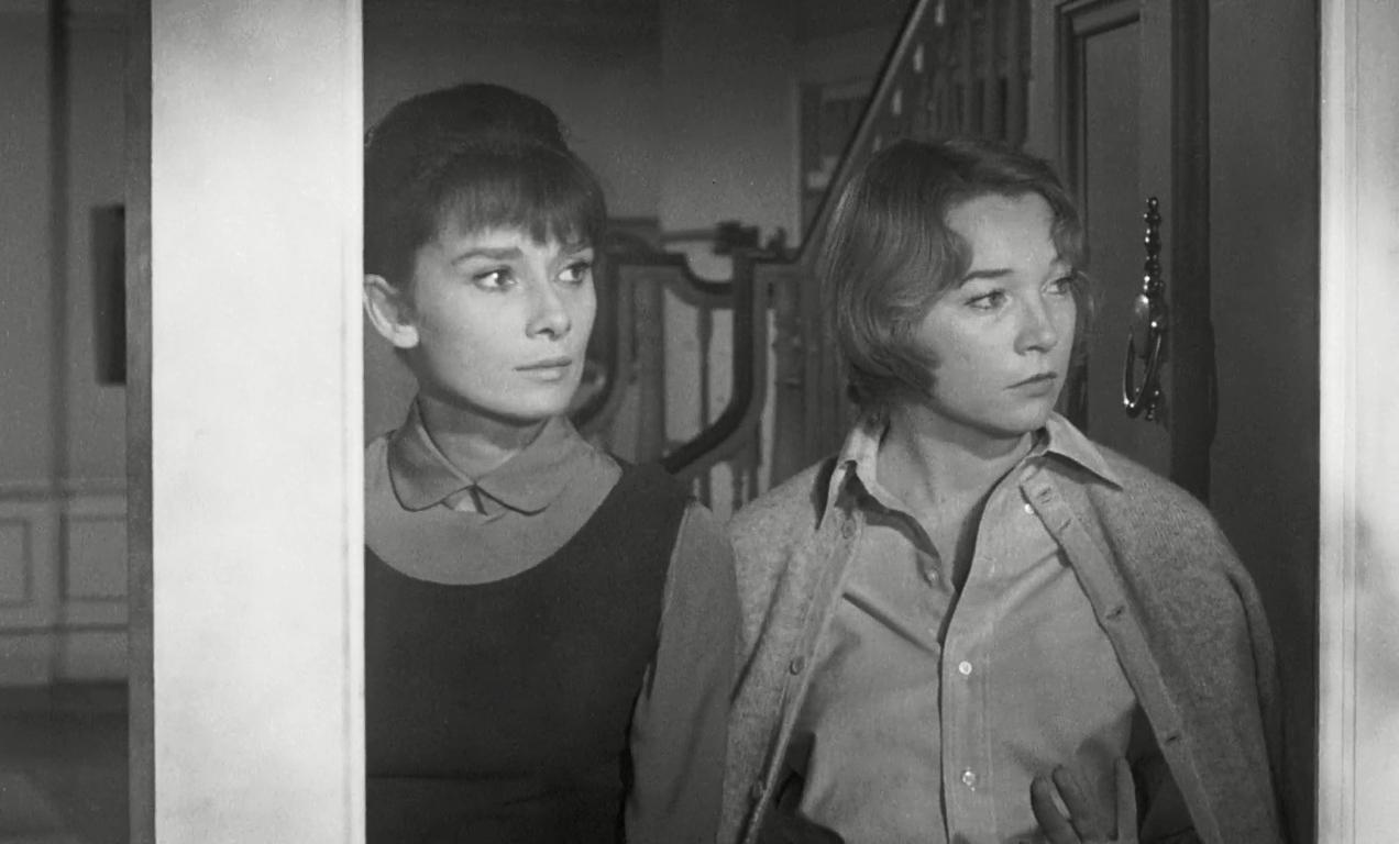 """Karen (Audrey Hepburn) e Martha (Shirley MacLaine) em cena de """"Infâmia"""" (1961)"""