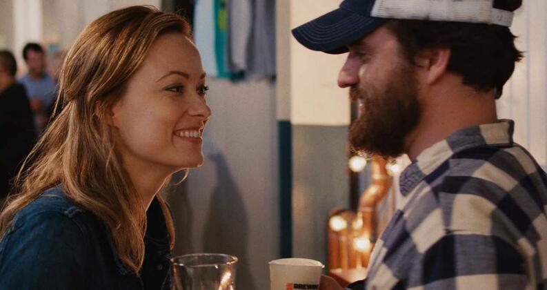 """Olivia Wilde e Jake Johnson em cena de """"Um Brinde à Amizade""""."""