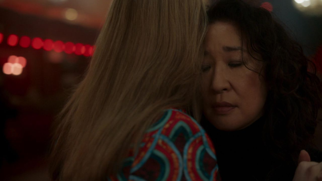 Eve Polastri e Villanelle abraçadas, com foco no rosto de Eve, que está de olhos fechados.