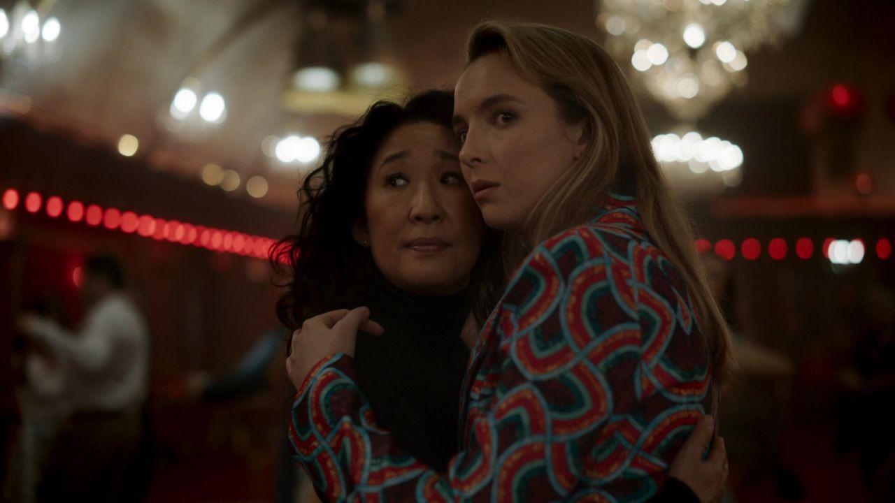 Eve Polastri e Villanelle quase abraçadas, olhando para um mesmo ponto, com feição de dúvida ou surpresa.