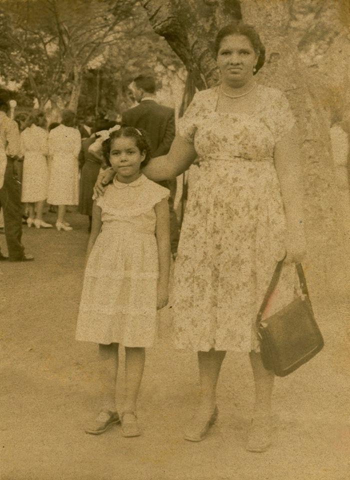 Adélia Sampaio ao lado da mãe, Guiomar, no Largo do Machado.