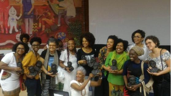 Adélia Sampaio com as vencedoras do prêmio que leva seu nome no 1º Encontro de Cineastas e Produtoras Negras na UNB.