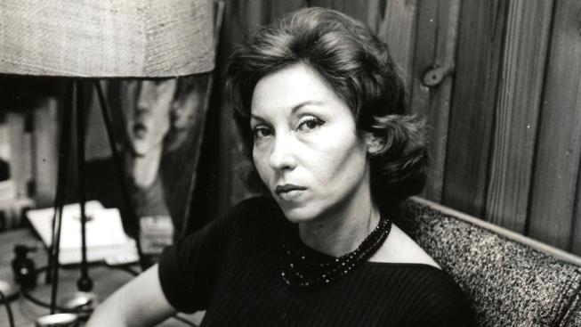 Foto em preto e branco de Clarice Lispector sentada.
