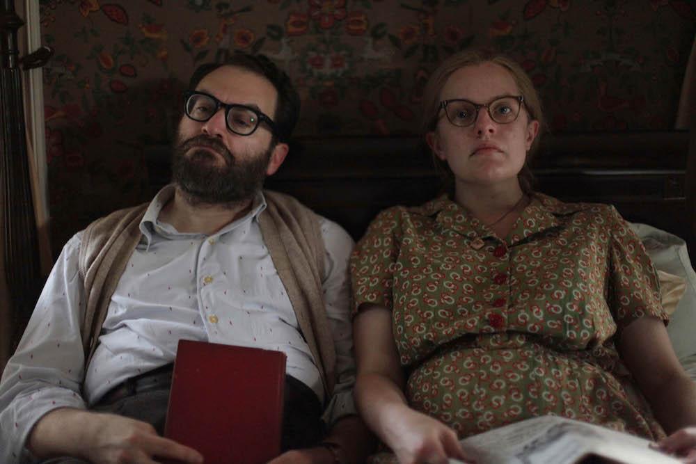 """Michael Stuhlbarg e Elisabeth Moss em cena de """"Shirley"""" (2020)."""