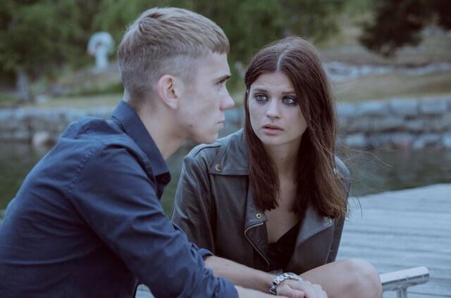 "Maja (Hanna Ardéhn) e Sebastian (Felix Sandman) em cena de ""Areia Movediça""."
