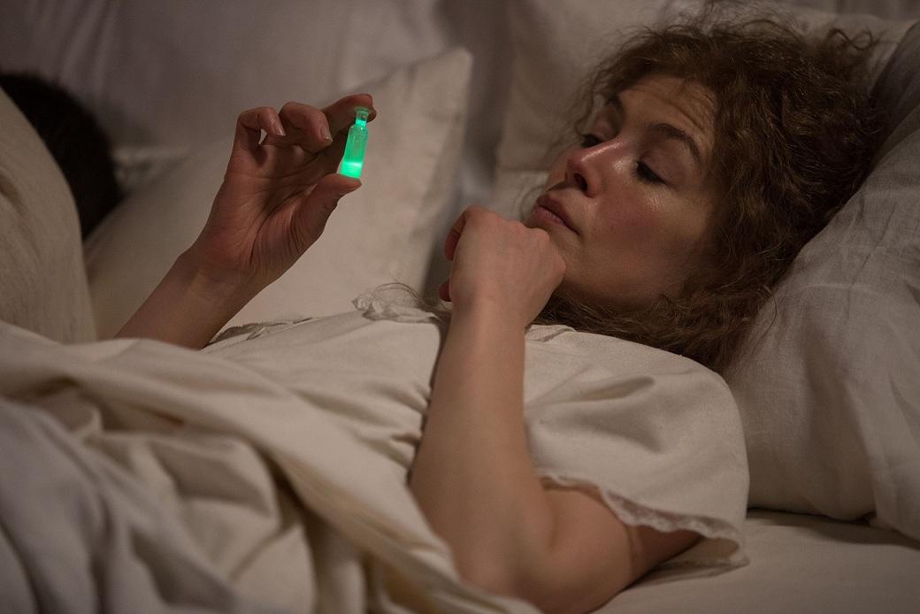"""Rosamund Pike como Marie Curie em """"Radioactive"""", dirigido por Marjane Satrapi."""