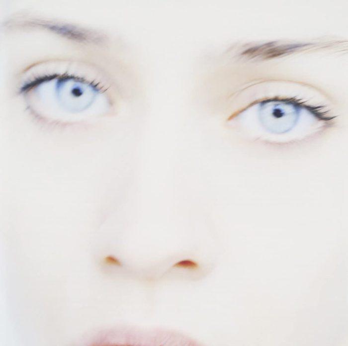 A imagem trêmula de Apple na capa de Tidal é forte, melancólica e intrigante. Ela reflete o retrato de uma mulher que, mesmo estando oscilante e desfocada, ainda revela a si mesma com a clareza de uma imagem estourada.