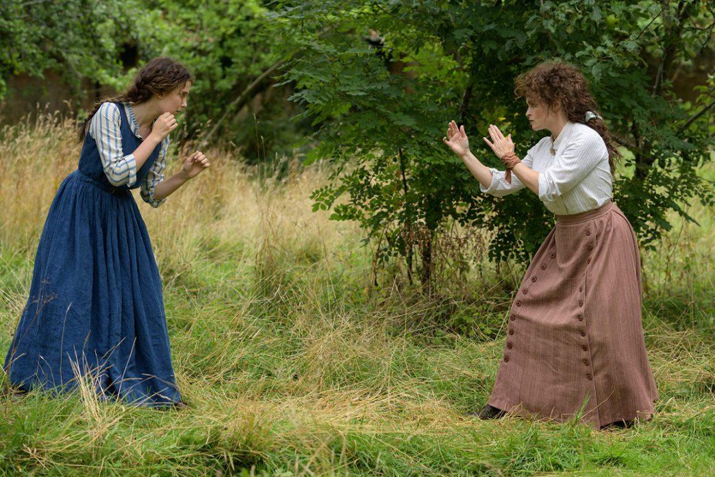 Enola Holmes (Millie Bobby Brown) e Eudoria Holmes (Helena Bonham Carter).