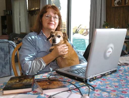 A premiada autora Nancy Springer em sua casa, com seu cachorro Roxy.