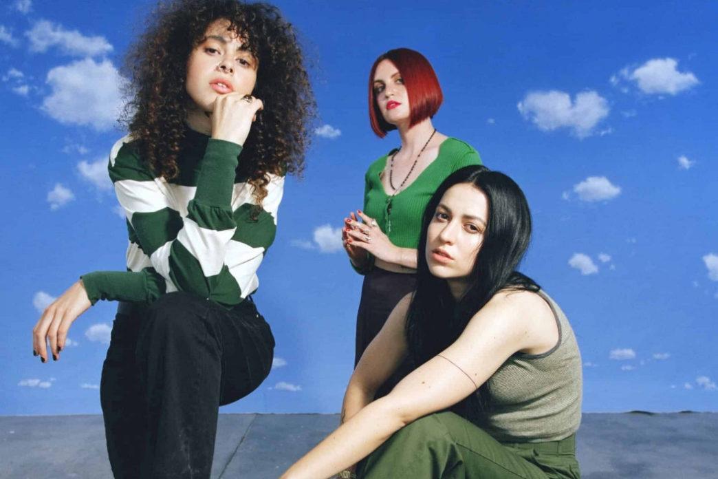 O trio Muna na sessão de fotos para a capa do segundo álbum.
